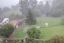 Chubasco de agua, precipitación que comienza y termina bruscamente, o que varia con violencia y rapidez de intensidad.