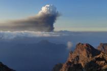 Nube de humo y cenizas producidas por la erupción del volcán Cumbre Vieja, situado en la isla de la Palma. Foto obtenida de la página web del IGN (instituto geográfico nacional). La fecha es aproximada.
